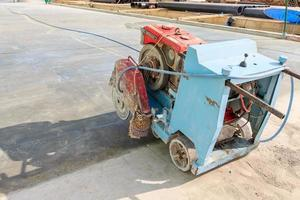 Asphalt or concrete cutting with machine