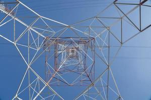 mirando hacia un poste eléctrico foto