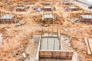 Construcción de pilares de hormigón en el sitio. foto