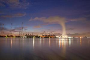 nubes y luces de la ciudad foto