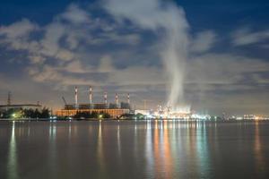 luces de la ciudad y nubes foto