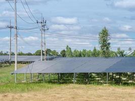 Paneles solares cerca de postes telefónicos.