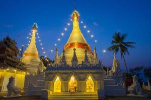 Bangkok, Tailandia, 2020 - pagoda blanca iluminada por la noche