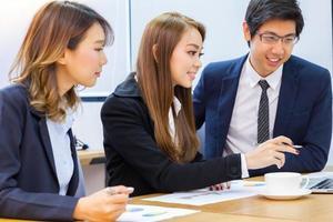 tres compañeros de trabajo en una reunión foto