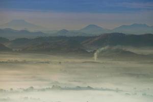 cimas de las montañas brumosas al amanecer
