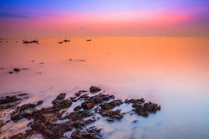 larga exposición de una puesta de sol sobre el agua