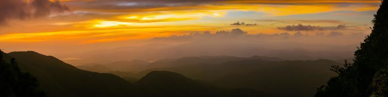 panorama de una puesta de sol foto