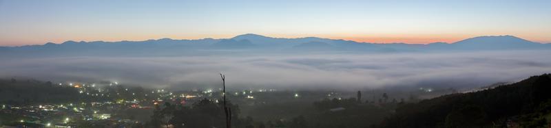 Panorámica de una ciudad neblinosa al amanecer.