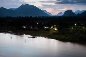 montañas y agua en la hora azul. foto