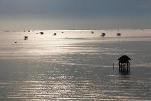 cabañas de madera en el océano