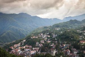 pueblo en la ladera de una montaña foto