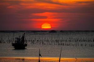 puesta de sol rojo intenso