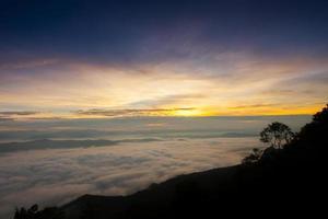 amanecer sobre niebla