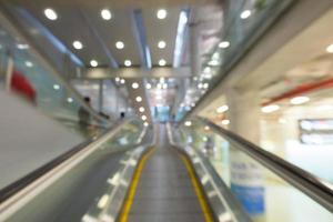 Fondo borroso de la escalera mecánica foto
