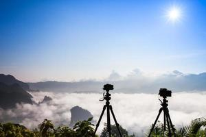 cámaras en trípodes sobre niebla foto