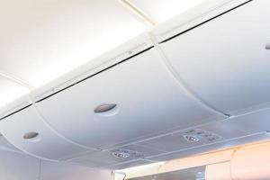 Compartimento superior: plano detallado del interior de la cabina de un avión