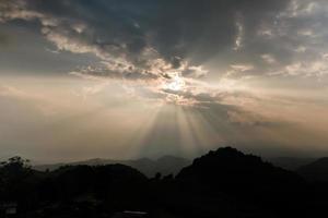sol a través de las nubes
