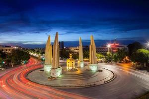 Bangkok, Tailandia, 2020 - exposición prolongada del monumento a la democracia en la noche