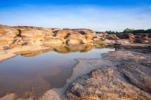 piscinas de marea rocosas foto