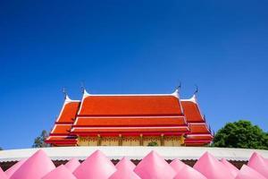 phai cham sin, tailandia, 2020 - el techo rojo del monasterio de wat muang