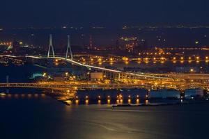 paisaje urbano de kanagawa con un puente en la noche foto
