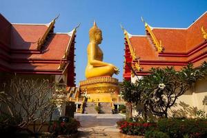 phikul thong, tailandia, 2020 - estatua de buda en el templo wat pikul thong phra aram luang