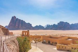 los siete pilares de la sabiduría en wadi rum, jordania foto