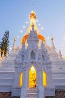provincia de shanxi, china, 2020 - la gran pagoda blanca en la noche
