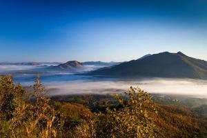 amanecer sobre las montañas con niebla
