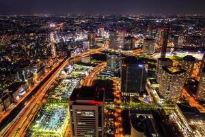 kanagawa, japón, 2020 - larga exposición de la ciudad por la noche
