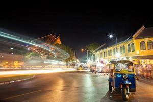 bangkok, tailandia, 2020 - larga exposición del tráfico callejero