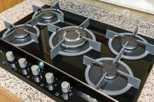 Cerca de la estufa de gas en la cocina. foto