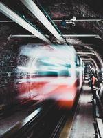 larga exposición del tren subterráneo que pasa