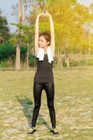 mujer atlética calentando