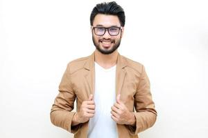 Hombre asiático con bigote sonriendo sobre fondo blanco.