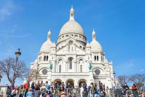 Los turistas en Montmartre, cerca de la basílica de Sacre Coeur, París