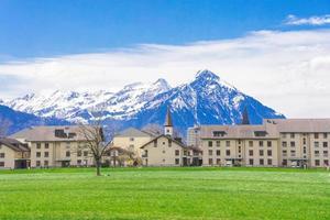 Montaña y aldea de los Alpes en el cantón de Interlaken, Suiza foto