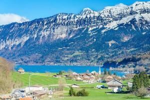 Ciudad de Brienz en el lago de Brienz por Interlaken, Suiza foto