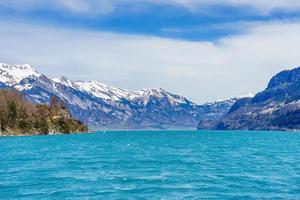 Hermosa vista de verano del lago de Brienz en Berna, Suiza foto