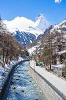 Antiguo pueblo en un día soleado con fondo de pico Matterhorn en Zermatt, Suiza