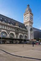 Vista exterior de la histórica estación de tren de Gare de Lyon en París, Francia