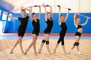 niña gimnastas haciendo ejercicio en un gimnasio foto