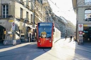 Tranvía de la ciudad moderna en Berna, Suiza