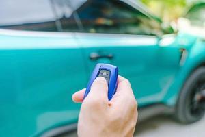 control remoto del coche en una mano
