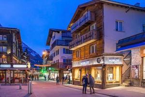 Zermatt en el crepúsculo en Suiza