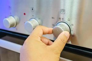 mano masculina usando el microondas