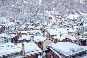 Casas de Zermatt cubiertas de nieve en Suiza
