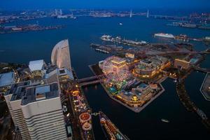 kanagawa, japón, 2020 - vista nocturna de un parque de atracciones foto