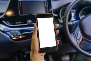 Vista frontal del teléfono inteligente moderno con pantalla en blanco