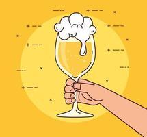 mano sosteniendo un vaso de cerveza sobre fondo amarillo